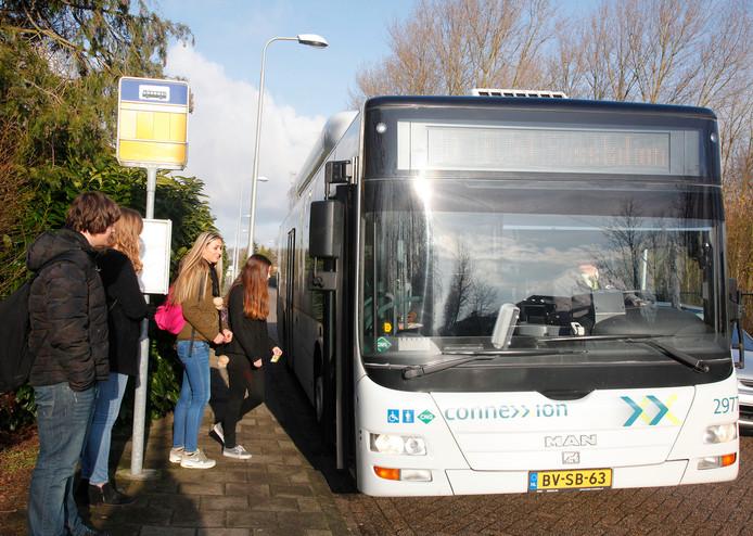 Scholieren stappen in de bus.