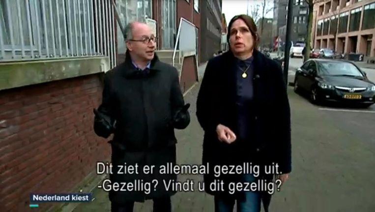 De VRT-verslaggever en Xandra Lammers in de reportage op IJburg. Beeld VRT