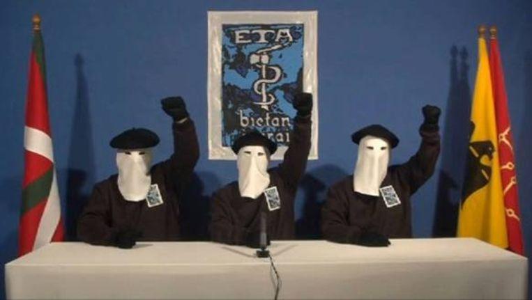 Drie leden van de ETA kondigen in een videoboodschap een staakt-het-vuren af. (AFP) Beeld