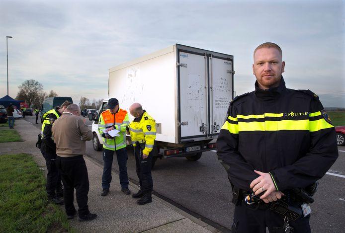 Robbert Hummelink, belast met vuurwerkaanpak bij de politie Oost-Nederland, bij de recente grenscontrole op illegaal vuurwerk in Duiven.