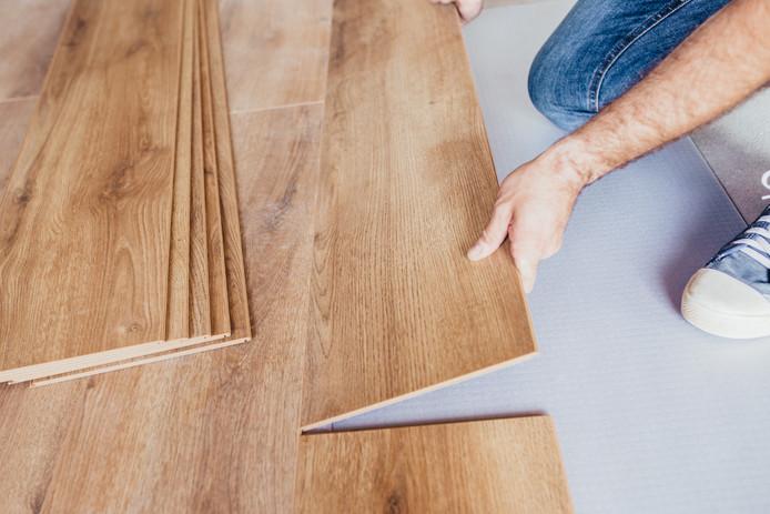 Als je net nieuw laminaat hebt neergelegd, dan kun je dat met de goede stappen ook weer uit elkaar halen en meenemen naar een nieuw huis, adviseert Hieke Grootendorst.