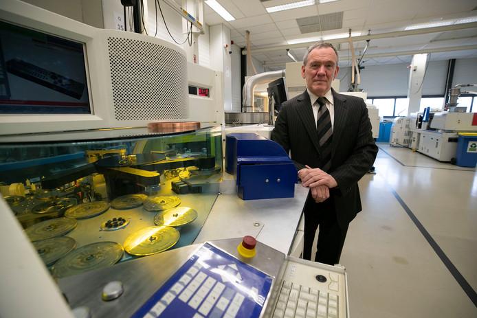 Alfred Evers bij een van de machines van Axxicon voor de bewerking van de bio-cd's.