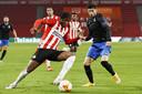 Madueke namens PSV in een duel.