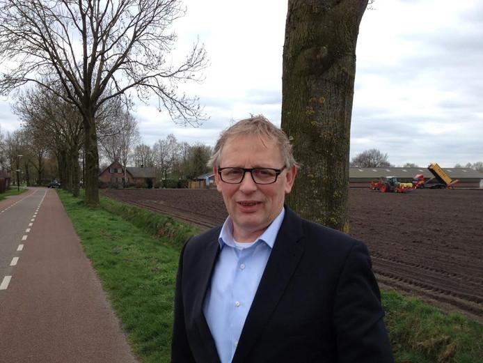 Voorzitter Evert Oostendorp van Volkel in de Wolken voor de twee bomen die moeten wijken voor de vliegshow.