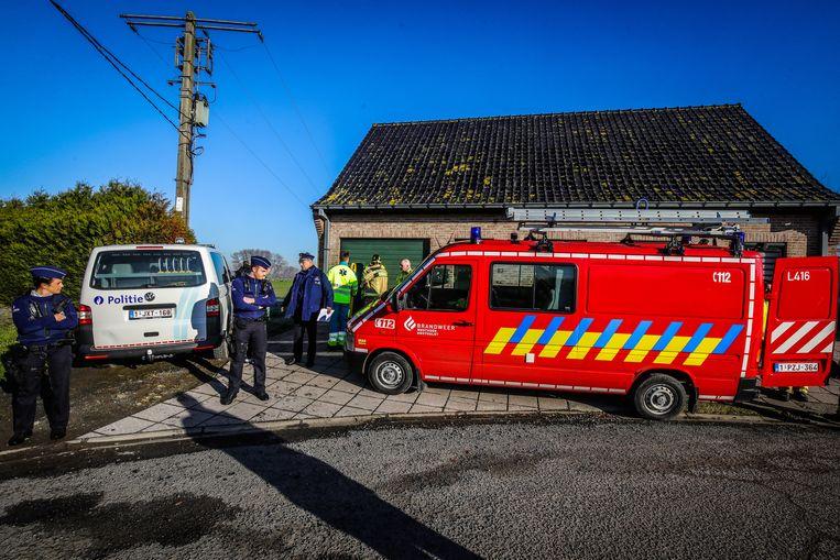 Politie en brandweer komen aan in de Moervijverweg, waar het nog vijfhonderd meter door de velden stappen is om tot bij het lichaam te komen.