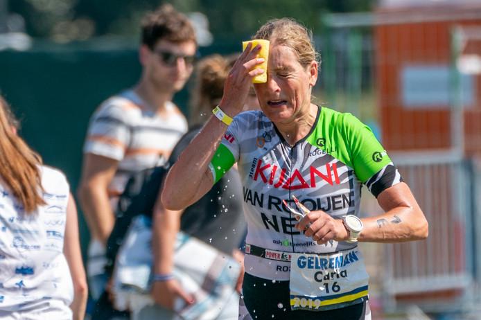 Carla van Rooijen uit Uithoorn, de snelste vrouw in de Gelreman,zoekt verkoeling.