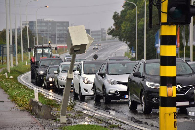 De aangereden flitspaal op het kruispunt van de Rijksweg met de Oekensestraat in Rumbeke is nog maar eens buiten strijd na een ongeval.