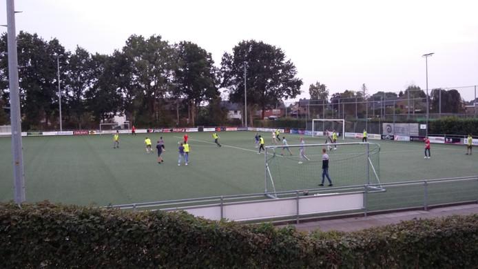 Een impressie van het voetbalpartijtje dat de spelers van MvR C3 en JO15-3 van voetbalvereniging Dieren gisteravond met elkaar speelden.