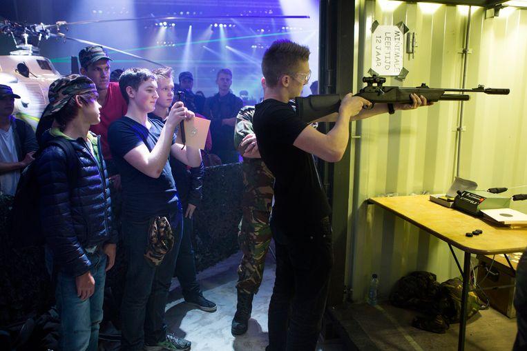 Jongeren op Techbase, een techniekevent van Defensie, ook om jongeren te verleiden.  Beeld Julius Schrank/HH