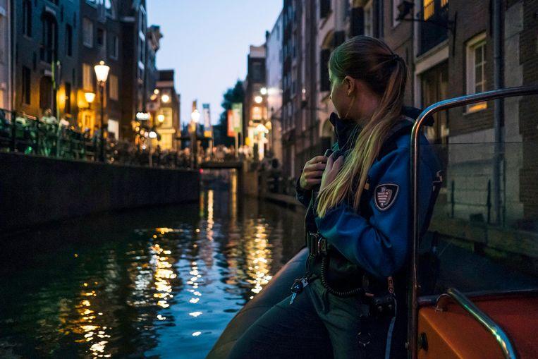 Een handhaver in het centrum van Amsterdam. Beeld Marcel Wogram / de Volkskrant