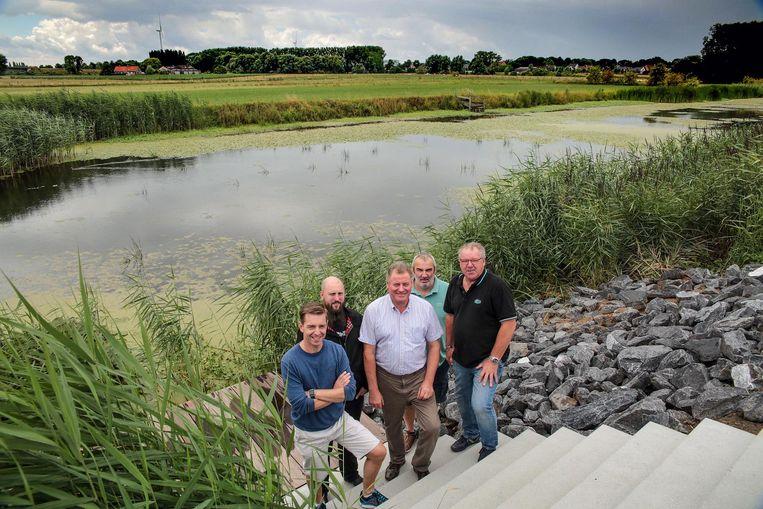 Organisatoren Vincent Herman, Bert Desmet , Eddy Duyck , Koen Kesteloot en Paul Deblanc bij de oude Leiearm, waarvan het waterniveau heel laag is.