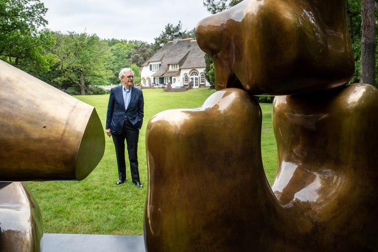 Joop van Caldenborgh bij 'Large Four Piece Reclining Figure' (1972-1973, detail) van Henry Moore. Beeld Simon Lenskens