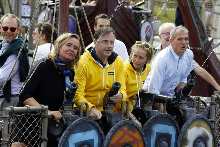 Liesbeth Homans, Bart De Wever, Annick De Ridder en Matthias Diependaele leven zich uit op een van de attracties.