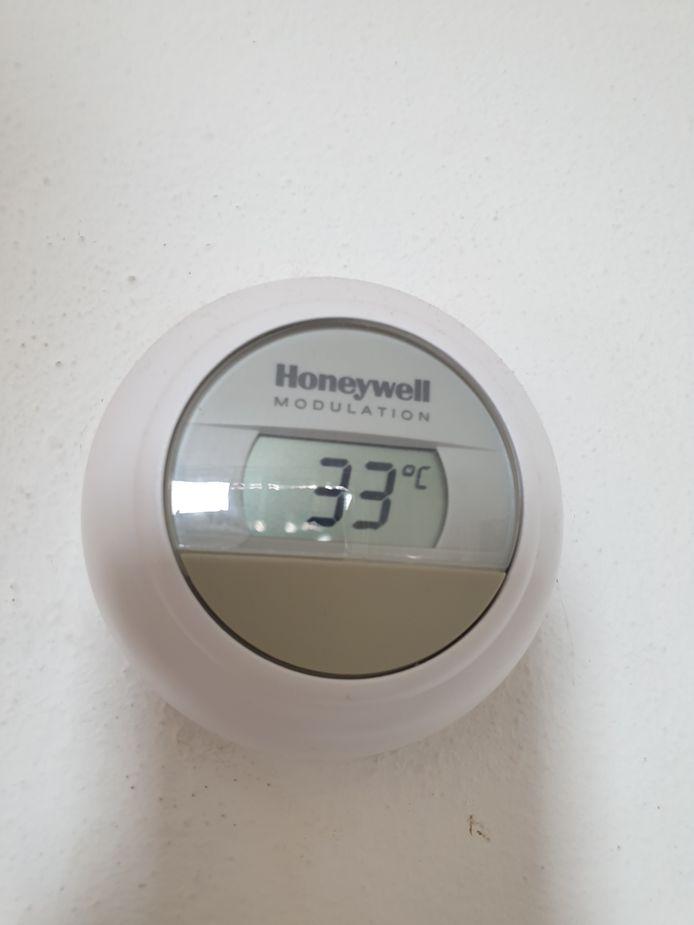 Het is 33 graden in de woning van de Oosterhouter Andreas Buster.