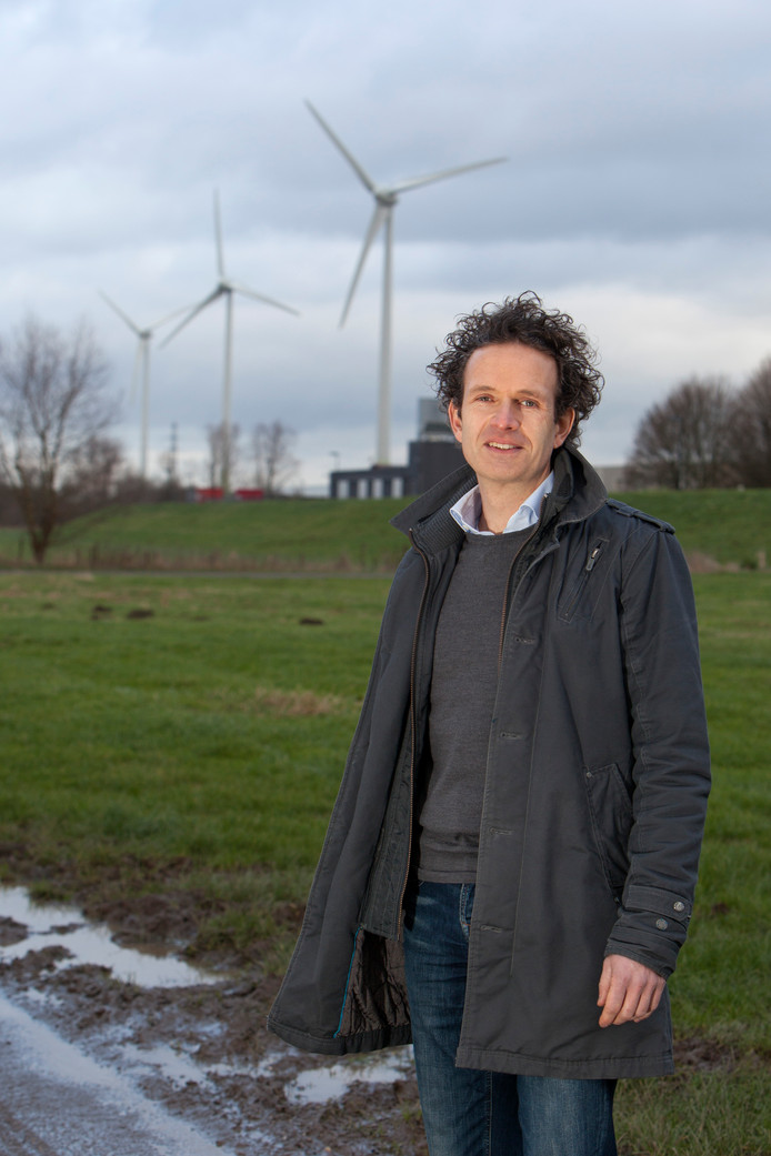 Otto Hettinga, één van de kartrekkers van IJsselwind, voor de drie al bestaande windmolens van 120 meter bij het Twentekanaal.