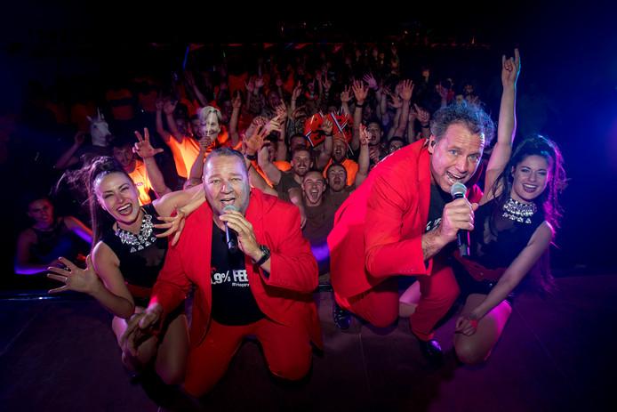 Optreden van Happy Ouwer in Kamp Castor, Mali. Links Arno Peters.