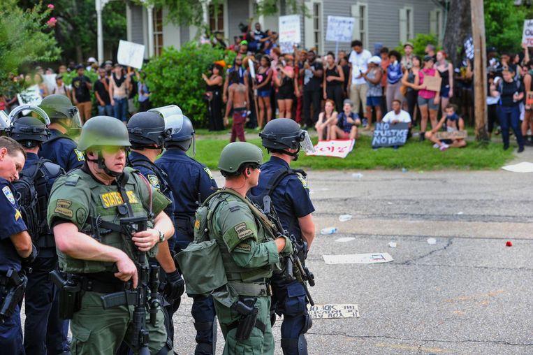 Zwaar gewapende agenten houden een demonstratie in Baton Rouge, Louisiana, op 10 juli in de gaten. Beeld ap