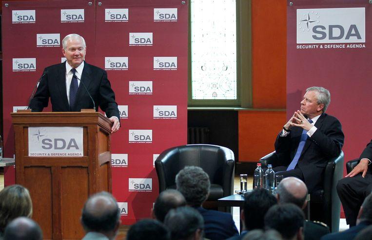 Jaap de Hoop Scheffer (rechts) in 2011 met de Amerikaanse minister van Defensie Robert Gates. Beeld REUTERS