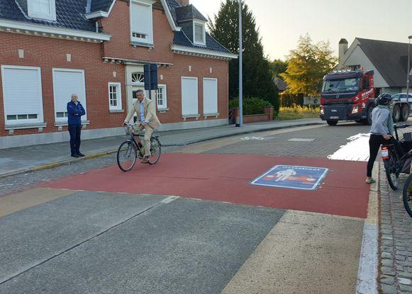 Burgemeester Joachim Coens testte de fietsstraat in de Stationsstraat zelf uit