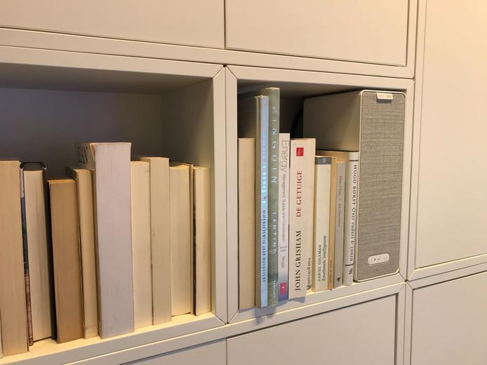 De boekenplankspeaker is te verstoppen in de boekenkast.