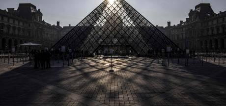 Toeristen voor dichte deur bij het Louvre: personeel staakt tegen drukte
