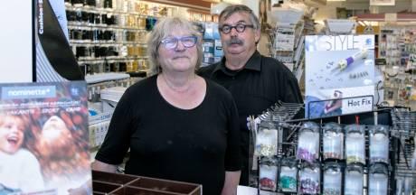 Over en uit voor de fourniturenwinkel van Lia en Wim van Poppelen