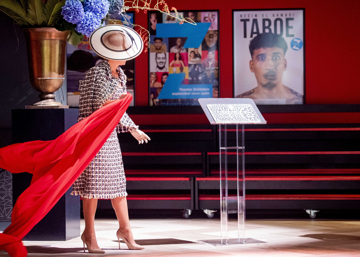 Koningin Maxima onthult een plaquette in de foyer en daarmee is het nieuwe theater officieel geopend.