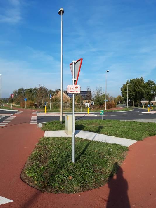 Fietsers naar Heteren moeten eerst oversteken en daarna pas rechtsaf naar Heteren. Als ze eerder afslaan loopt het fietspad dood en komen fietsers op de rijbaan voor autoverkeer terecht.