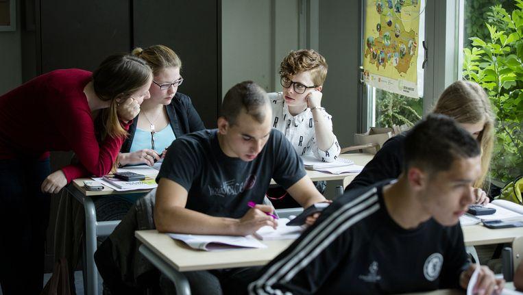 Vmbo-leerlingen in Spijkenisse nemen deel aan een examentraining. Beeld anp