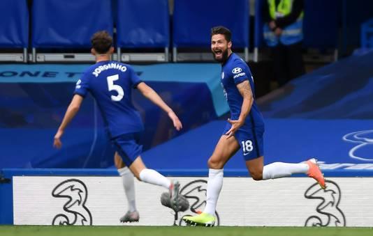 Giroud juicht nadat hij Chelsea op voorsprong heeft gezet.