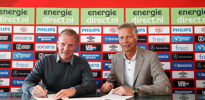 Sander Luiten tekent zijn contract.