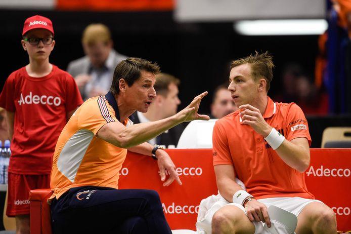 Captain Paul Haarhuis (links) in gesprek met Tallon Griekspoor.