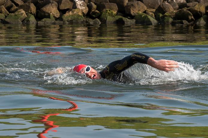 Diederik Scheltinga zwemmend in de Neder-Rijn bij Renkum tijdens het NK crosstriatlon in 2017.