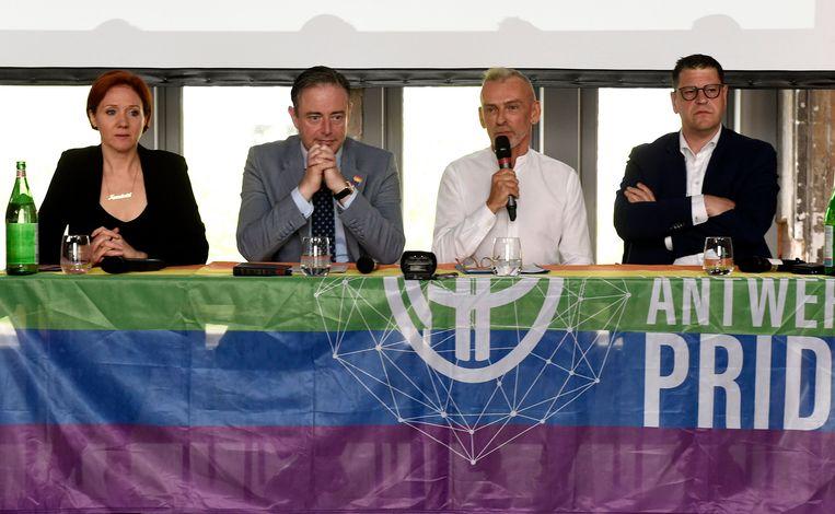 De Wever samen met organisator Bart Abeel (2e r.) op de voorstelling van de Antwerp Pride.