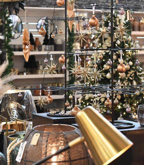 De eerste kerstballen gingen in Boxmeer in de zomer al over de toonbank: 'Zonder pardon het mandje in'