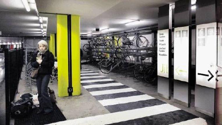 Een voorbeeld van milieuvriendelijke mobiliteit. In de parkeergarage van het Olympisch Stadion kunnen automobilisten een fiets huren om hun reis te vervolgen. (FOTO WERRY CRONE) Beeld