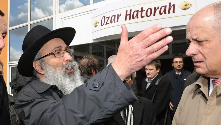 Rabbi Joseph Matusof (L) voor de joodse school. Beeld afp