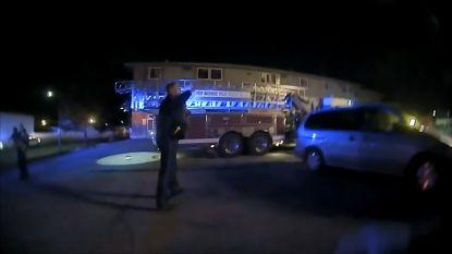 Agent vangt drie kinderen die moeder uit brandend huis naar beneden laat vallen