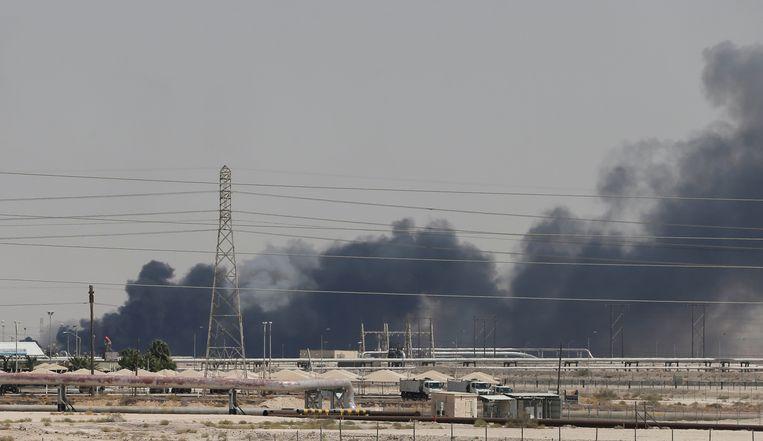 Rook stijgt zaterdag op boven de getroffen Saudi Aramco-raffinaderij in Abqaiq.  Beeld null
