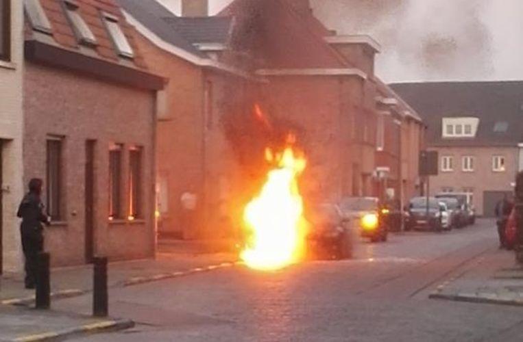 De bestuurder kon zijn BMW nog stoppen voor de brand uitbrak.