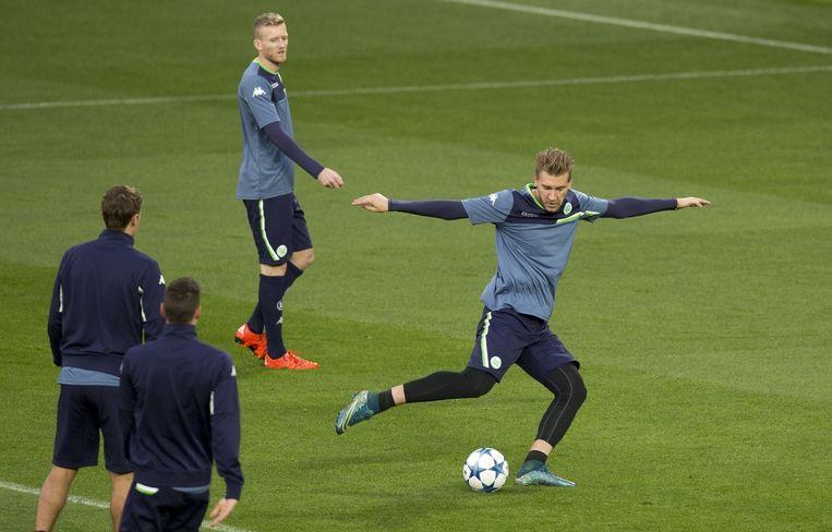 Nicklas Bendtner schiet, achter hem André Schurrle. Beeld anp