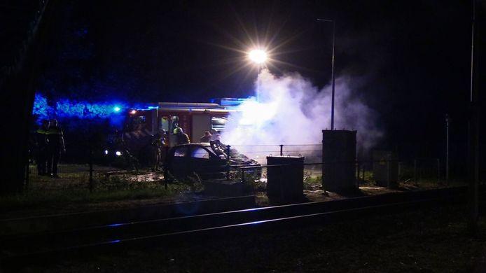 De auto brandde volledig uit bij het NS station in Ruurlo.
