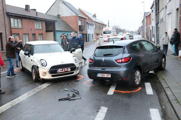 De politie en enkele buurtbewoners probeerden het voertuig van de baan te krijgen, maar de poging mislukte.