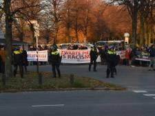 Tegenstanders zwarte piet onder politiebegeleiding naar station gebracht