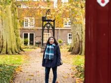 Magda geniet van wonen in een hofje: 'Als je de poort door komt, is het hier heel sereen'