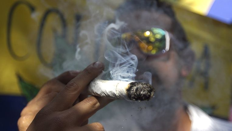 Een man rookt marihuana Beeld reuters