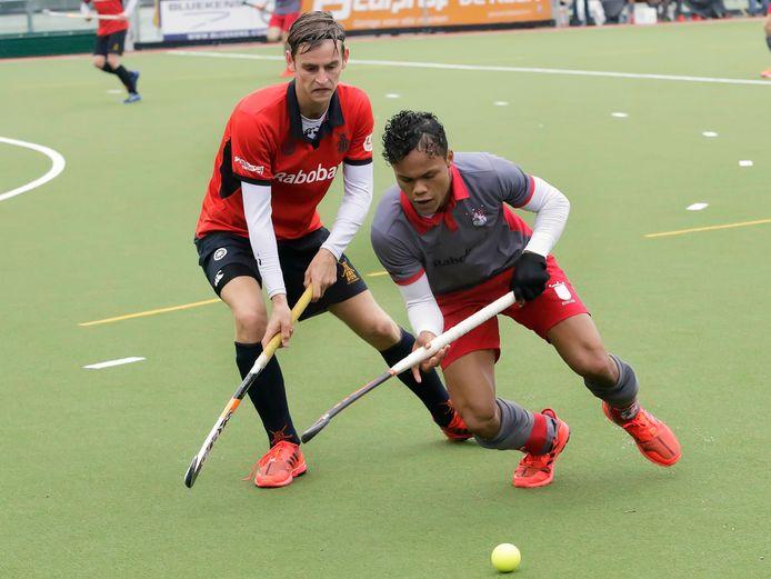 Lennart Smits (rechts) van Etten-Leur houdt zijn tegenstander van Roomburg van de bal.