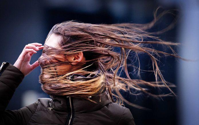 Foto ter illustratie: een voetganger tijdens een storm.