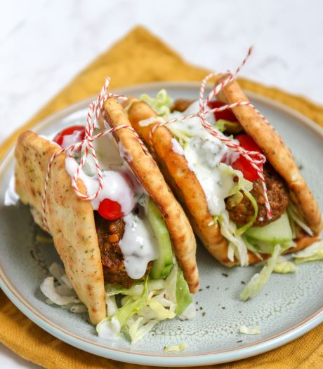 Wat Eten We Vandaag: Naanwraps met falafel en knoflooksaus