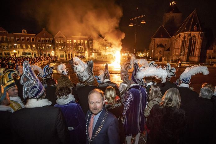 Het traditionele bokverbranden voor het stadhuis, waarmee het carnavalsseizoen vanavond wordt afgesloten.